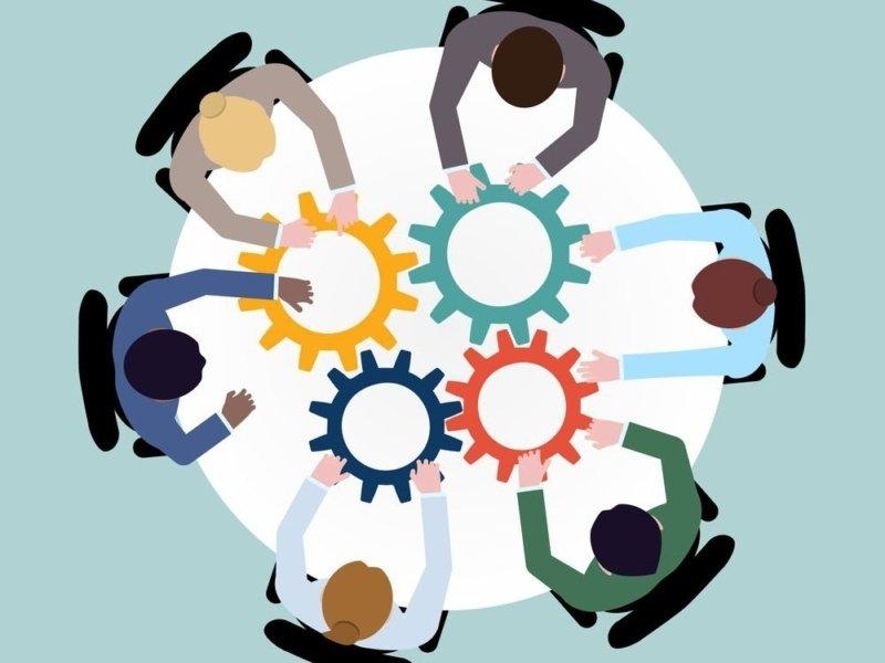 equipe dos sonhos da inovação na mesa trabalhando